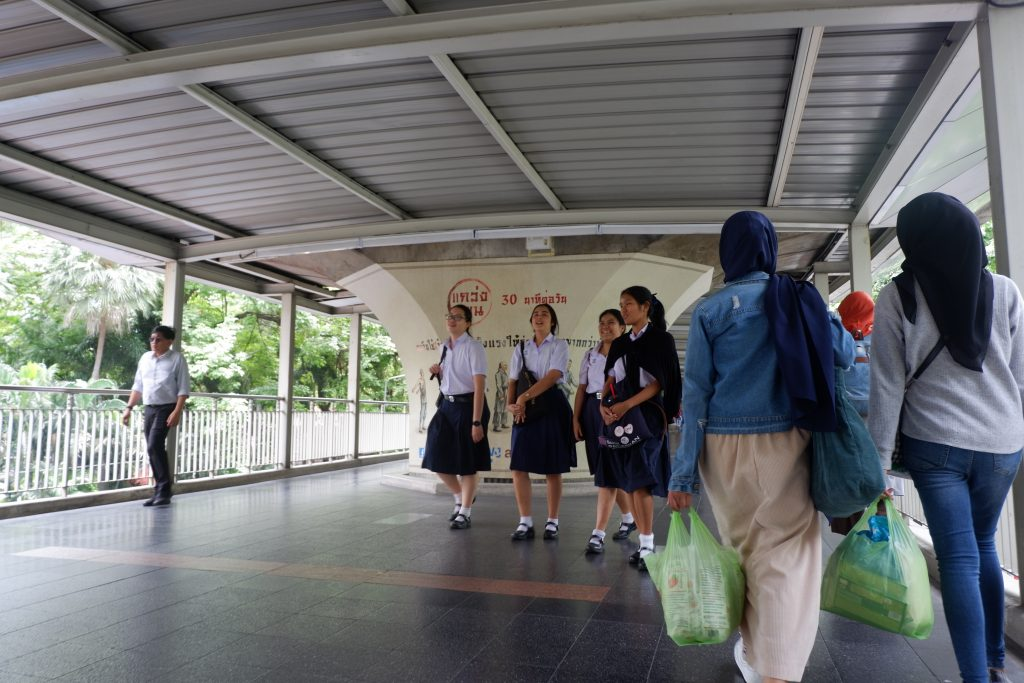 Budaya Thailand Berjalanan di Sebelah Kanan Tapi Setir Mobil Sama dengan Indonesia (Kanan). Foto: Prajna Vita