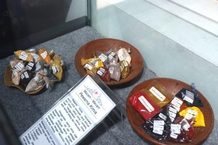 Pewarna Kimia untuk Pewarnaan Batik. Foto: Prajna Vita