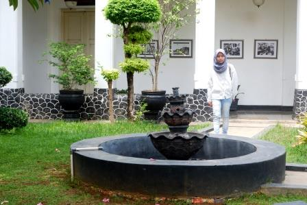Taman di Tengah-tengah Bangunan Jadi Ciri Khas Interior Kolonial/Foto: Afiata Indika